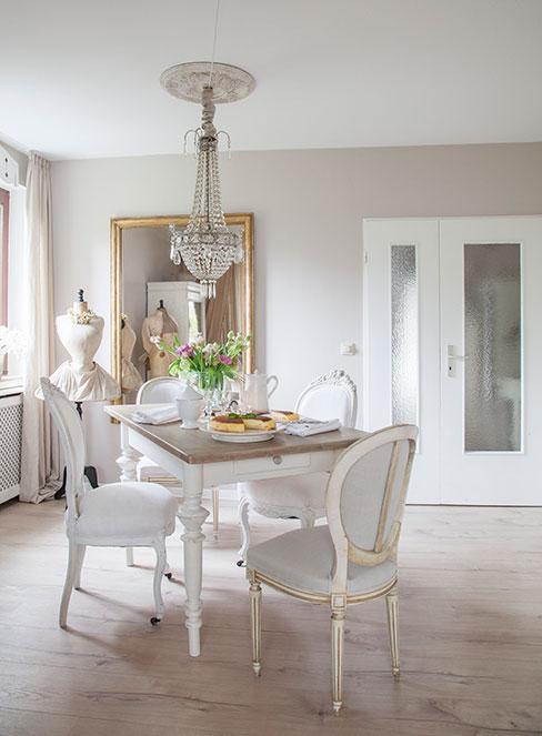 biała jadalnia z kryształowym żyrandolem w stylu prowansalski