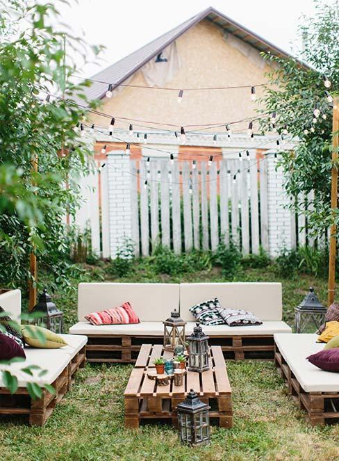 Meble zewnętrzne DIY w ogrodzie z girlandami