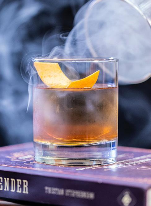 Drink z whisky Old fashioned z plasterkiem pomarańczy
