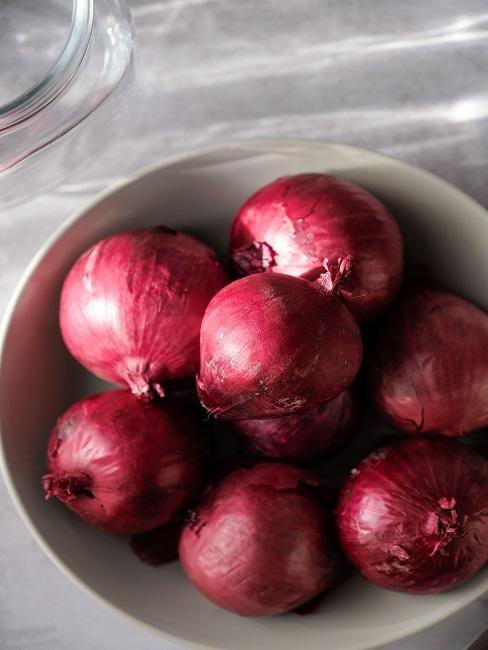 Czerwone cebule w misce na konfiturę z czerwonej cebuli