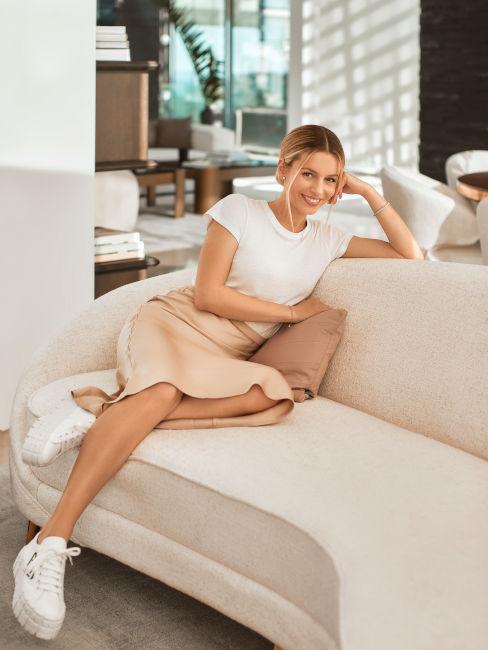 Delia Lachance siedząca na beżowej sofie nerce