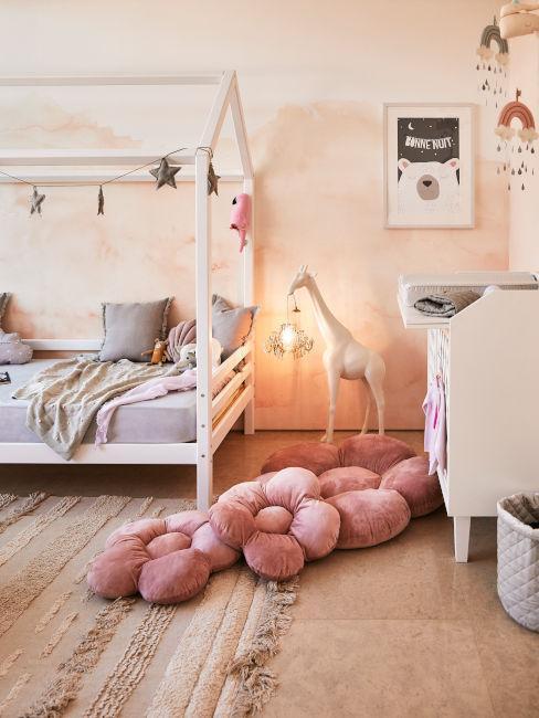 pokój dziecięcy z łóżeczkiem z baldachimem i łamą w kształcie żyrafy