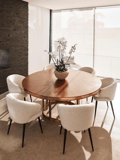 okrągły stół do jadalni z beżowymi krzesłami w lofcie