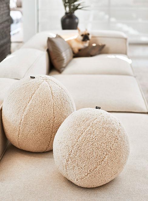 poduszki boucle na beżowej ofie