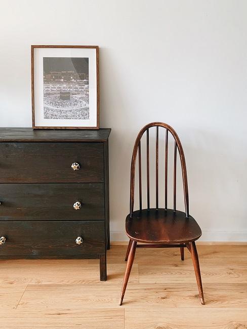 Pomieszczenie z krzesłem i komodom z postarzanego drewna