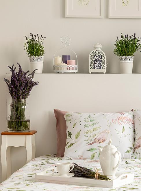 sypialnia z kwiatową pościelą z dekoracjami shabby chic