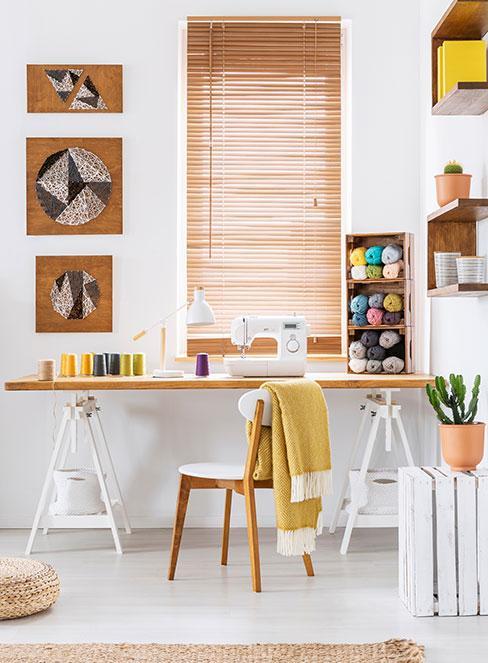 Biurko ręcznie wykonane w jasnym pomieszczeniu