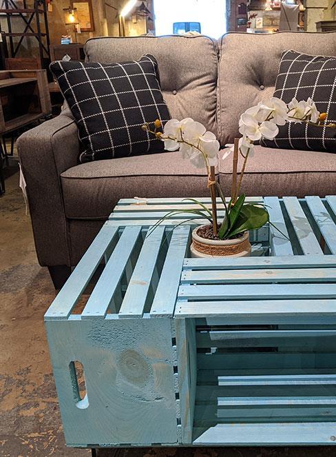 Stolik kawowy ze skrzynek pomalowanych na niebiesko