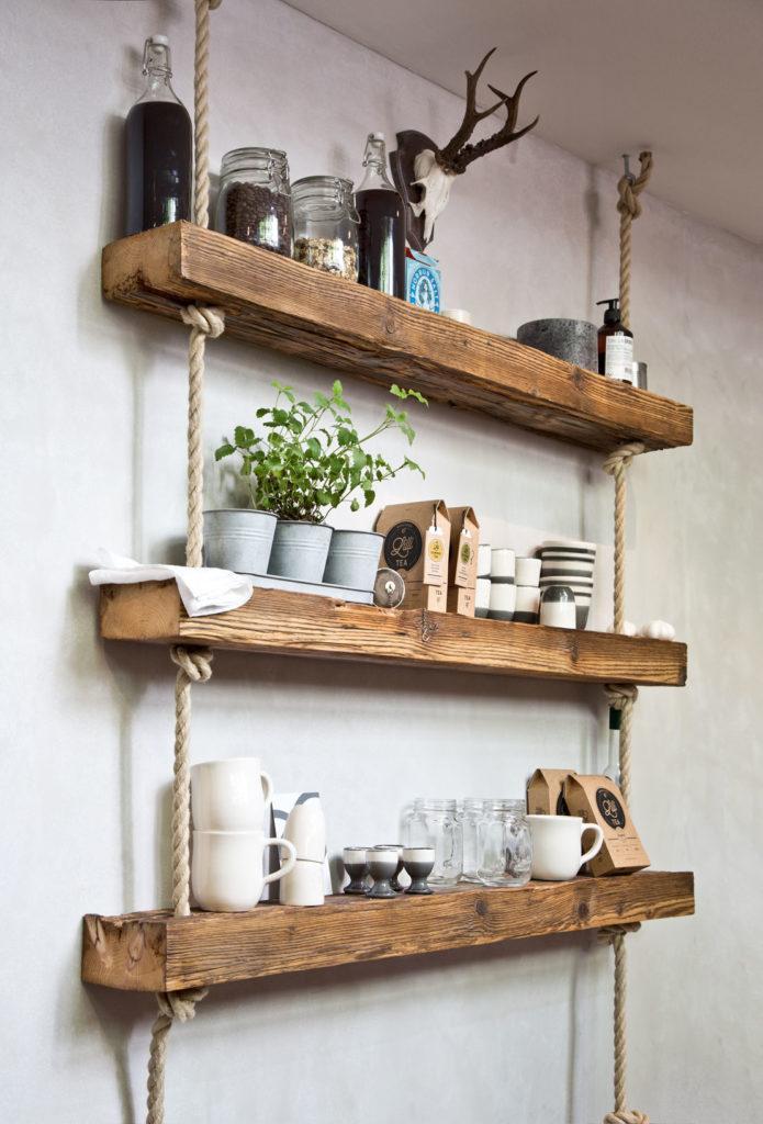 Półka drewniana DIY z różnymi dekoracjami