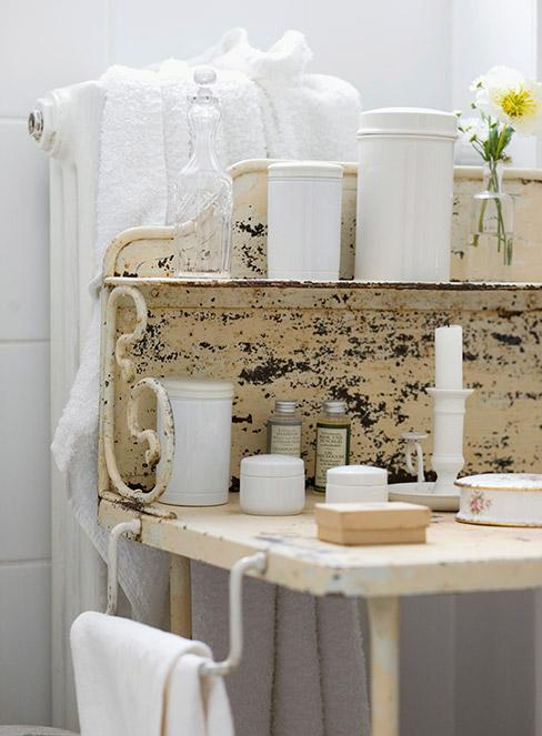 zbliżenia na postarzoną komodę z metalu w łazience w stylu shabby chic