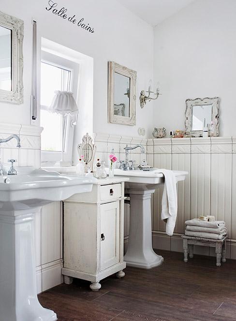 biała łazienka z postarzonymi meblami w stylu shabby chic