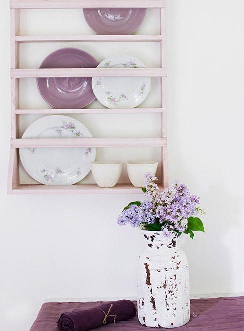 fioletowe talerze w jasnóróżowam kredensie w stylu prowansaslkim