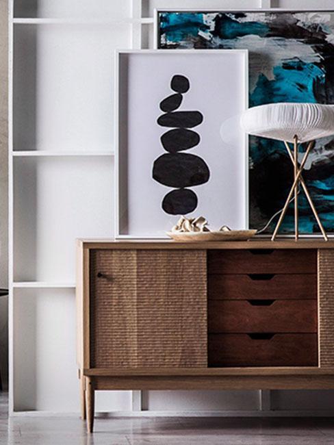Drewniana szafka, na niej kaligrafia w stylu zen