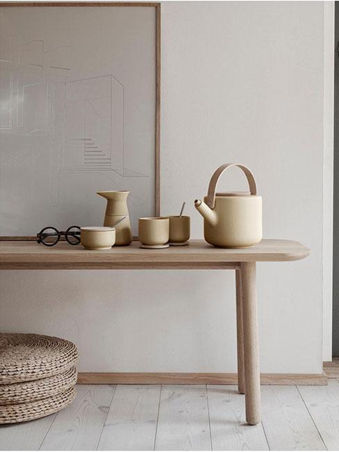 Kamionkowe naczynia na drewnianej ławie