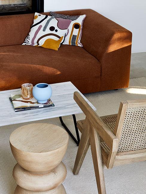 Ruda kanapa i drewniane krzesło w salonie, styl japandi