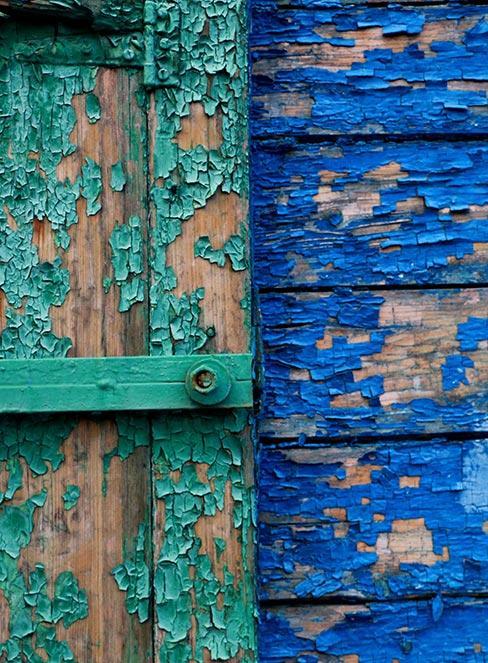 zbliżenie na kolorowe spękane stare drewno