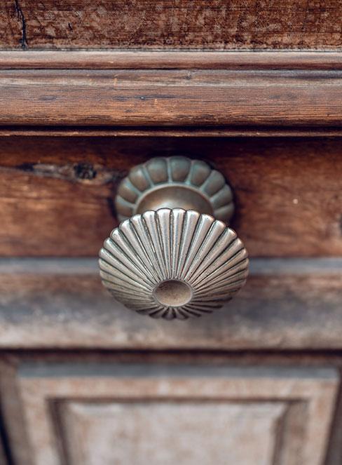 zbliżenie na starą szufladę drewnianej komody