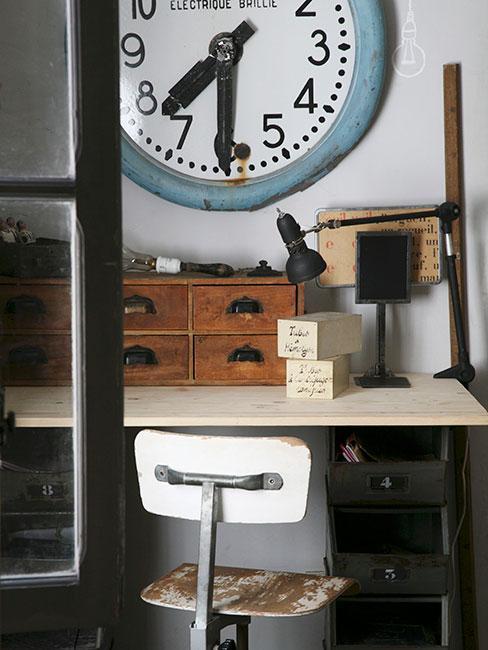 schowek ze starymi meblami i dekoracjami w sytlu industrialnym
