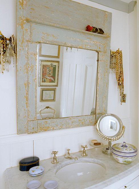 Rama lustra w łazience w stylu shabby chic postarzona lakierem