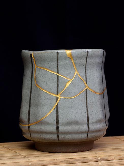 Szary wazon sklejony metodą kintsugi