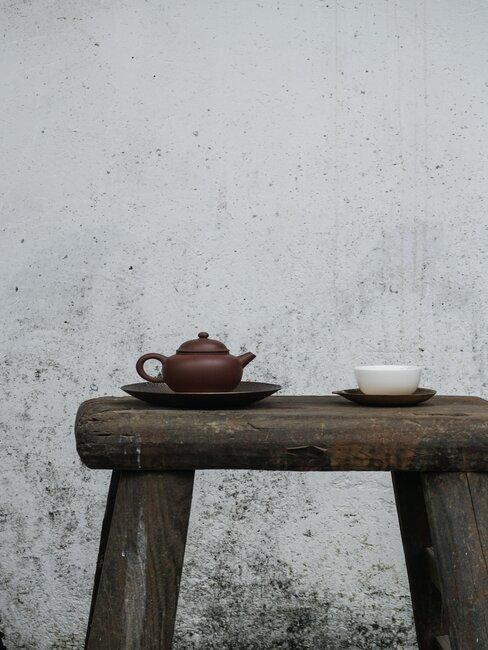 Ciemna ława z ceramicznym czajnikiem i filiżnką