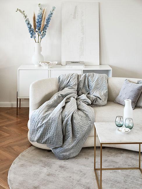 Zbliżenie na jasną kanapę w minimalistycznym wnętrzu