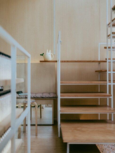 Japoński pokój z pustymi półkami
