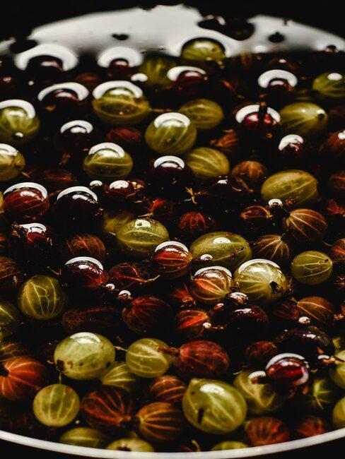 Czerwony i zielony agrest w wodzie