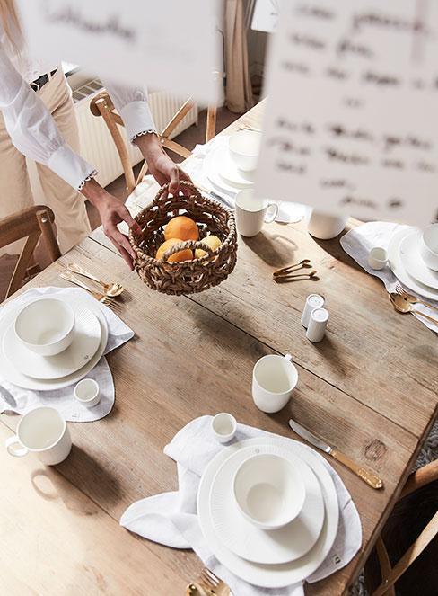 drewniany stół w jadalni w stylu rustykalnym