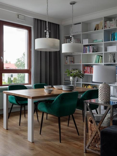 Salon w domu architekt Agnieszki Balickiej. Drewniany stół i krzesła w kolorze butelkowej zieleni