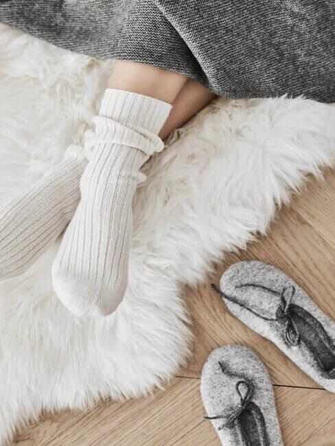 Ujęcie na nogi w białych, wełnianych skarpetach