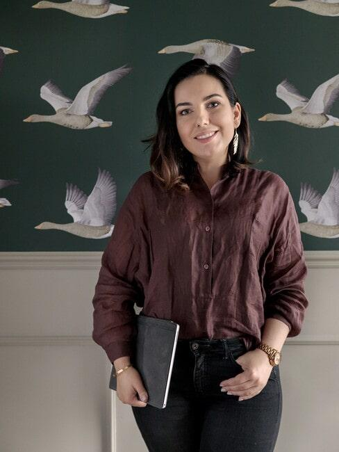 Architekt Agnieszka Balicka na tle tapety z lecącymi ptakami