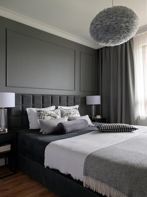 Elegancka sypialania z łóżkiem kontynentalnym w odcieniach szarości