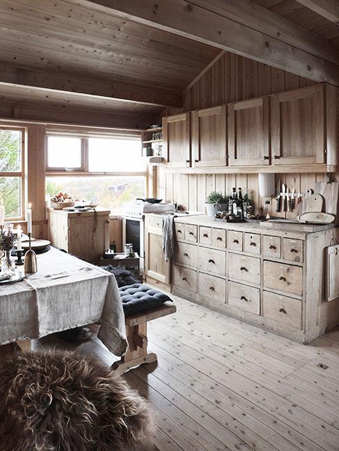 Kuchnia w stylu rustykalnym w jasnym drewnie z jadalnią