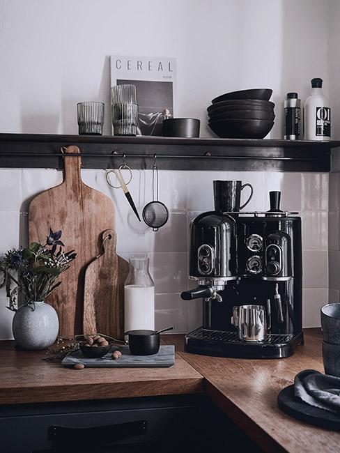 Kuchnia w stylu rustykalnym z czarnymo akcesoriami i drewnianymi deskami