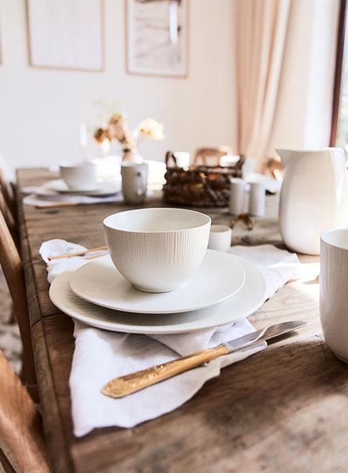białe naczynia na drewnianym stole w stylu rustykalnym