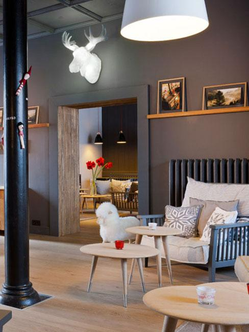 nowoczesny salon w stylu chalet z kinkietem w kształcie poroża na ścianie