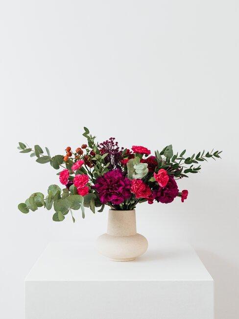 Kolorowe kwiaty w białym wazonie