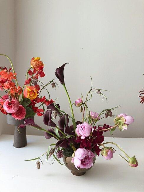 Piękna, rozłożysta kompozycja kwiatowa w niskim naczyniu