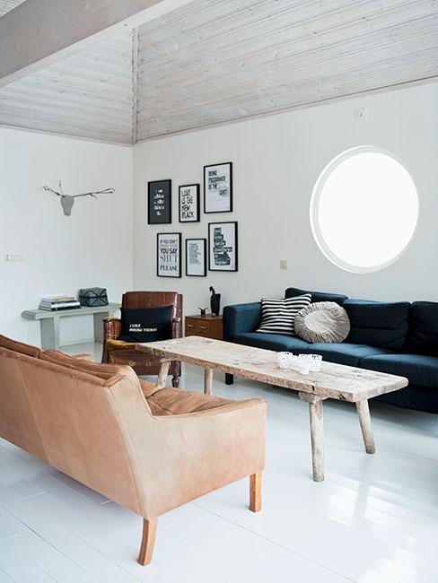 salon w lofcie z ciemnoniebieską sofą i rustykalnym stolikiem kawowym z drewna