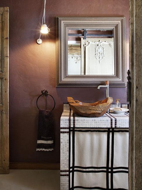 umywalka z drewna w fioletowej łazience w stylu rustykalnym