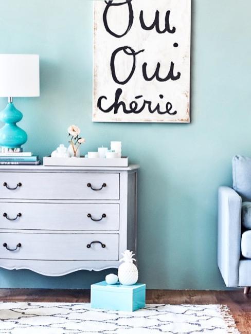 pokój w pastelowych kolorach błękitu z bieloną komodą w stylu rustykalnym