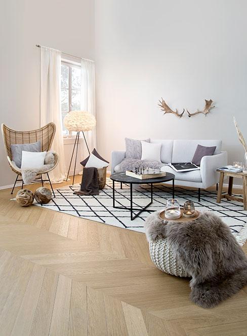 nowoczesny salon w stylu rustykalnym z naturalnymi dekoracjami