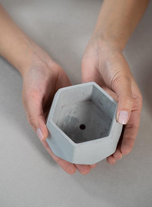 mała doniczka z betonu DIY