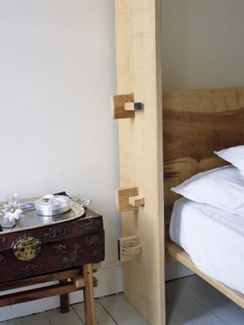 sypialnia w stylu orientalnym z własnoręcznie robionym łóżkiem z drewna