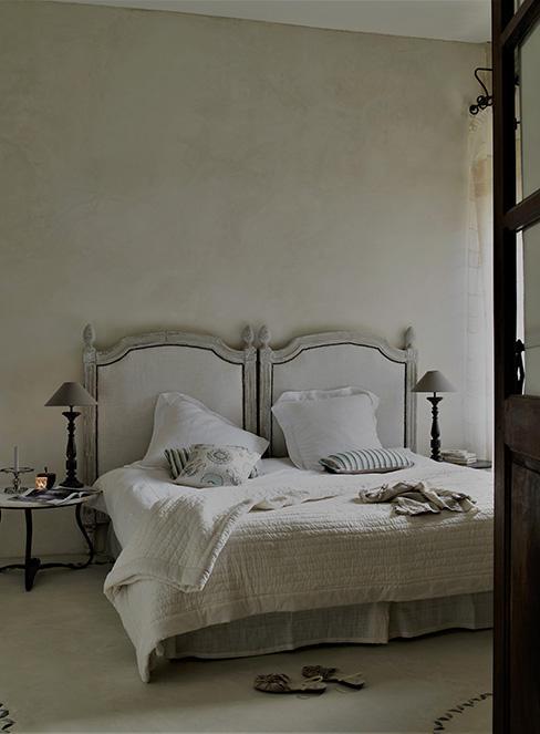 sypialnia w stylu prowansalskim z bielonym łóżkiem w stylu pałacowym