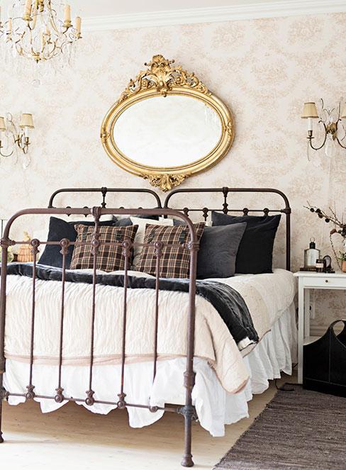 sypialnia w stylu glamour z metalowym łóżkiem vintage i złotymi dekoracjami