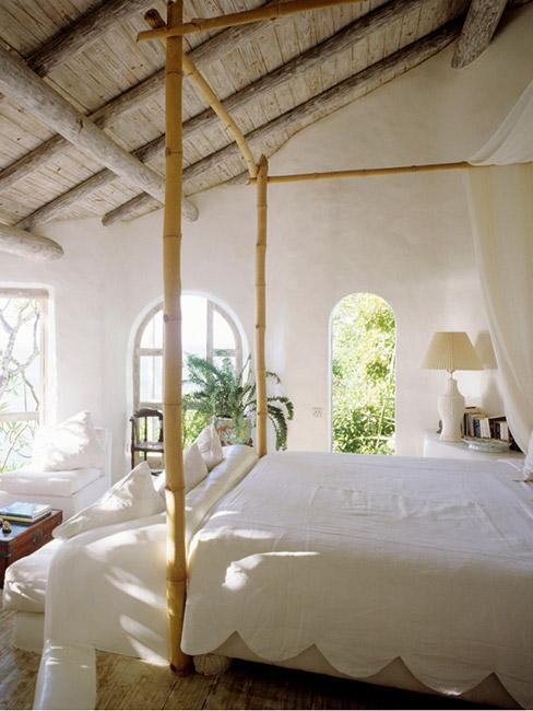 jasna tropikalna sypialnia z baldachimen z bali