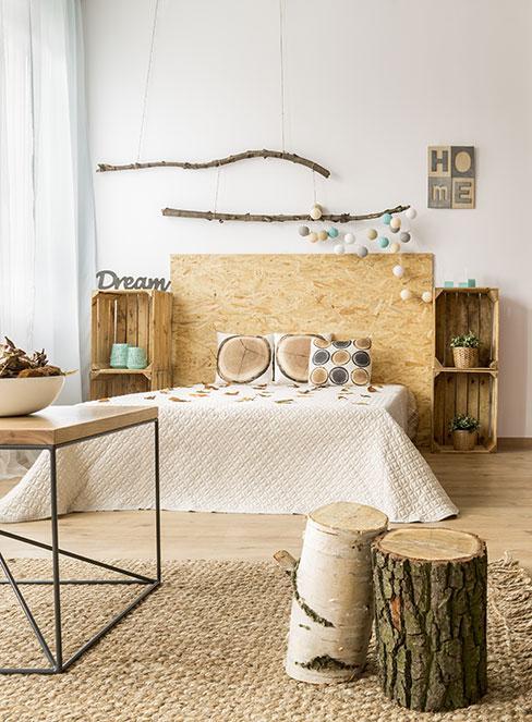 naturalna sypialnia z meblami ze skrzynek i zagłówkiem z płyty z trocin