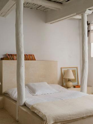 sypialnia w stylu wabi sabi w jasnym lofcie z białymi balami drewna